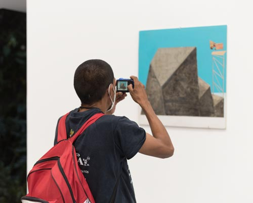 The valedores visiting an exhibition in a contemporary art gallery