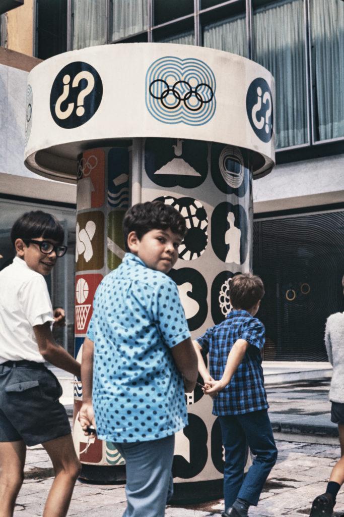©Bob Schalkwijk. Niños en una de las sedes olímpicas (1968)